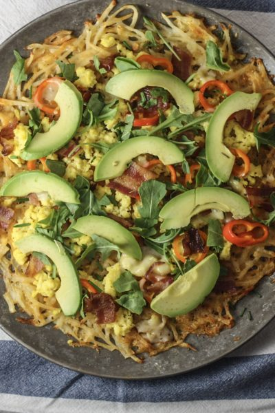 Egg and Bacon Breakfast Pizza with Cheesy Hashbrown Crust | via mincerepublic.com