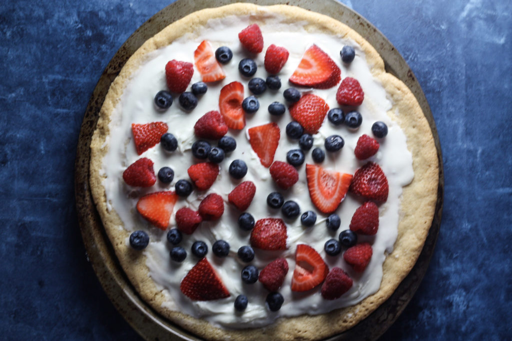 Fruit Pizza with Sugar Cookie Crust | The perfect summer dessert recipe for a crowd! Great for Fourth of July #fruitpizza #summerdesserts | mincerepublic.com